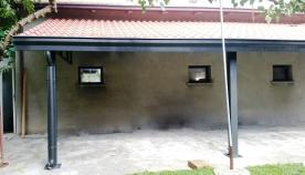 tettoia costruita con struttura zincata e verniciata in tubolari e copertura con pannelli coibentati finto coppo