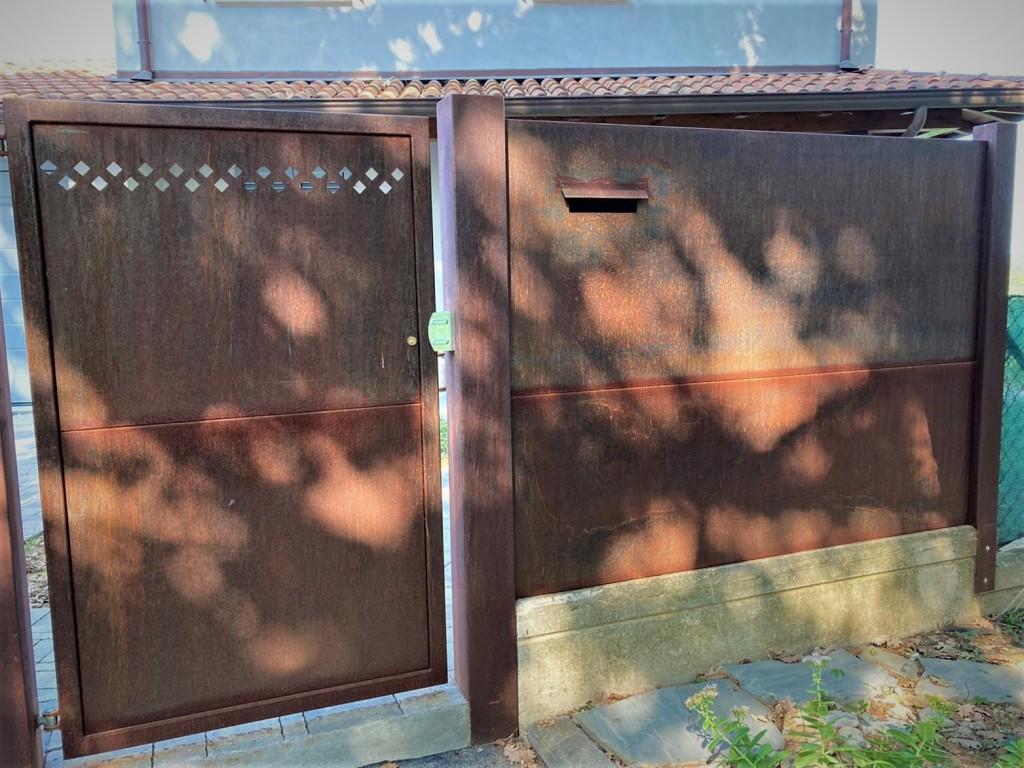 cancello pedonale con cassetta postale in Corten