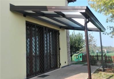 tettoia in ferro con gronde e pluviali con copertura in policarbonato grecato